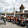 Guests in the outdoor area of a restaurant in Lucerne - in the future it will still be possible to do so without a certificate, but not inside.
